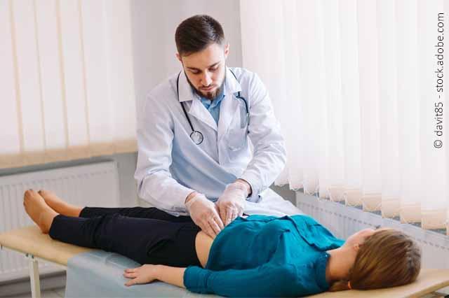 Arzt Untersucht Bauch Einer Patientin