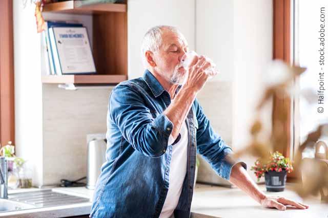 Mann Beim Trinken In Küche