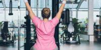 Frau Beim Krafttraining Im Fitnessstudio
