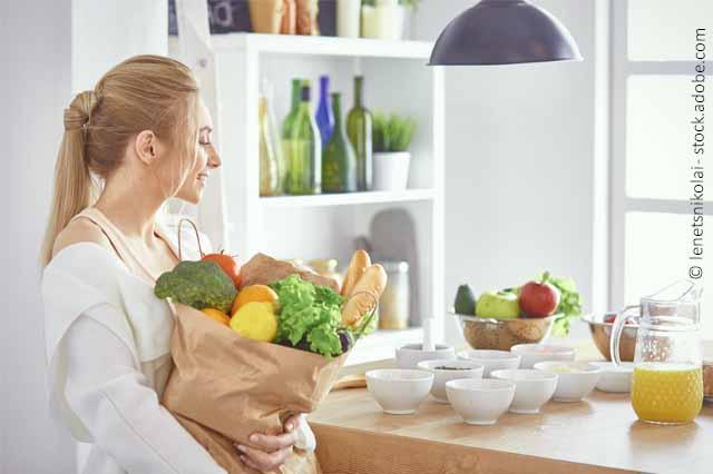 Frau Mit Einkaufstüte In Küche