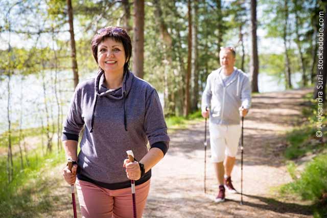 Frau Und Mann Beim Walken Im Wald
