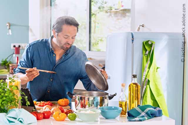 Mann Beim Kochen Mit Frischen Zutaten